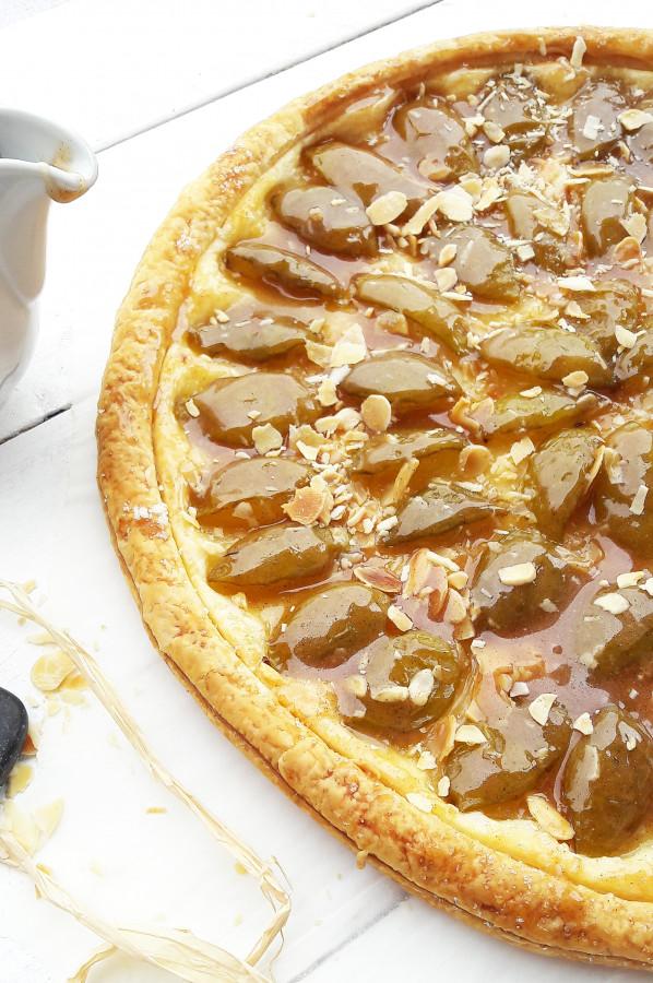 Tarte fine reine-claude glacée au miel et à la cannelle